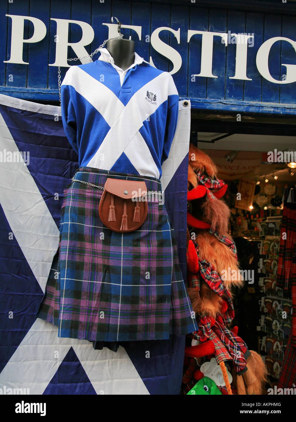 Ein Kilt hängt vor einem Geschäft auf der Royal Mile Edinburgh Schottland Stockbild