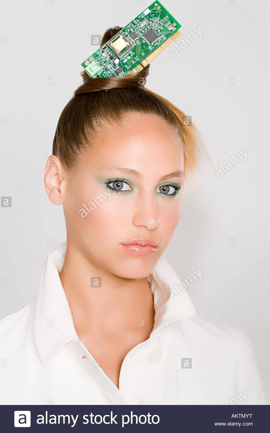 Eine Frau mit einer Leiterplatte im Haar Stockbild