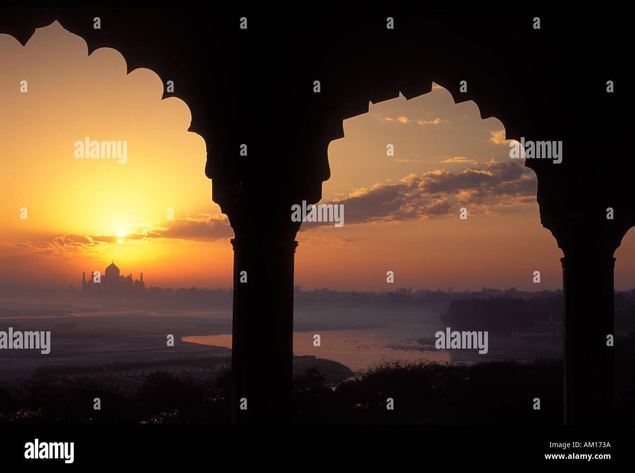 Sonnenaufgang über dem Taj Mahal aus Agra Fort Agra Indien Stockbild