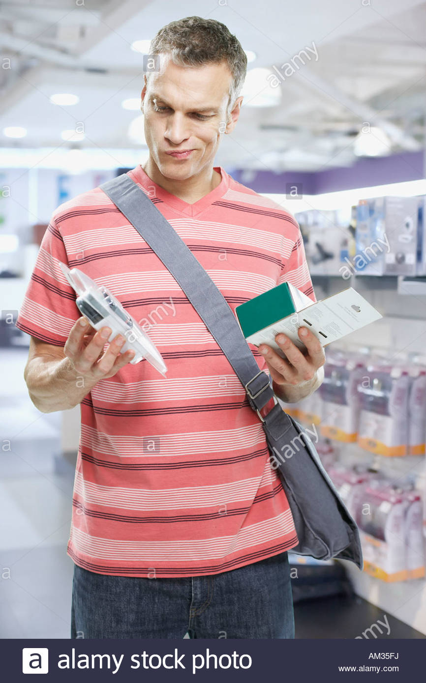 Mann an der Elektronik im Store suchen Stockbild