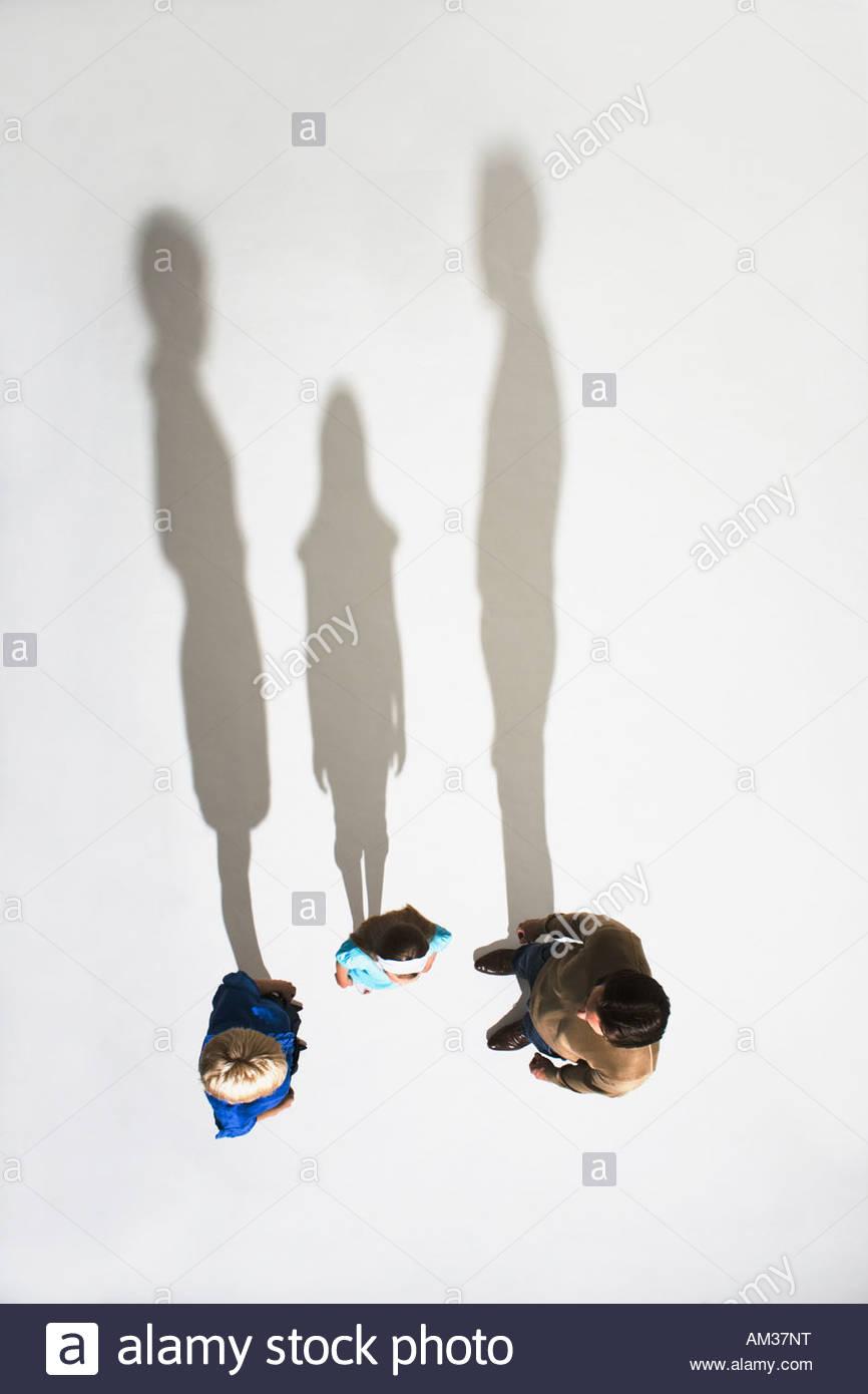Ehepaar und ein junges Mädchen zusammen stehen Stockfoto