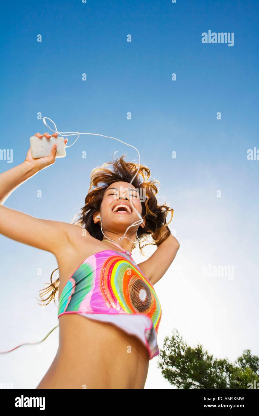 Frau tanzt auf MP3-Player im freien Lächeln auf den Lippen. Stockbild