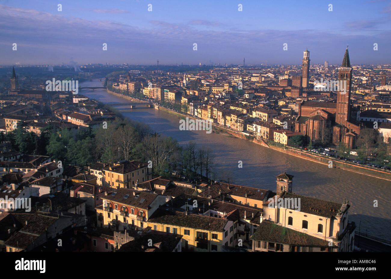 Die Etsch schlängelt sich durch die Stadt Verona Italien Stockbild
