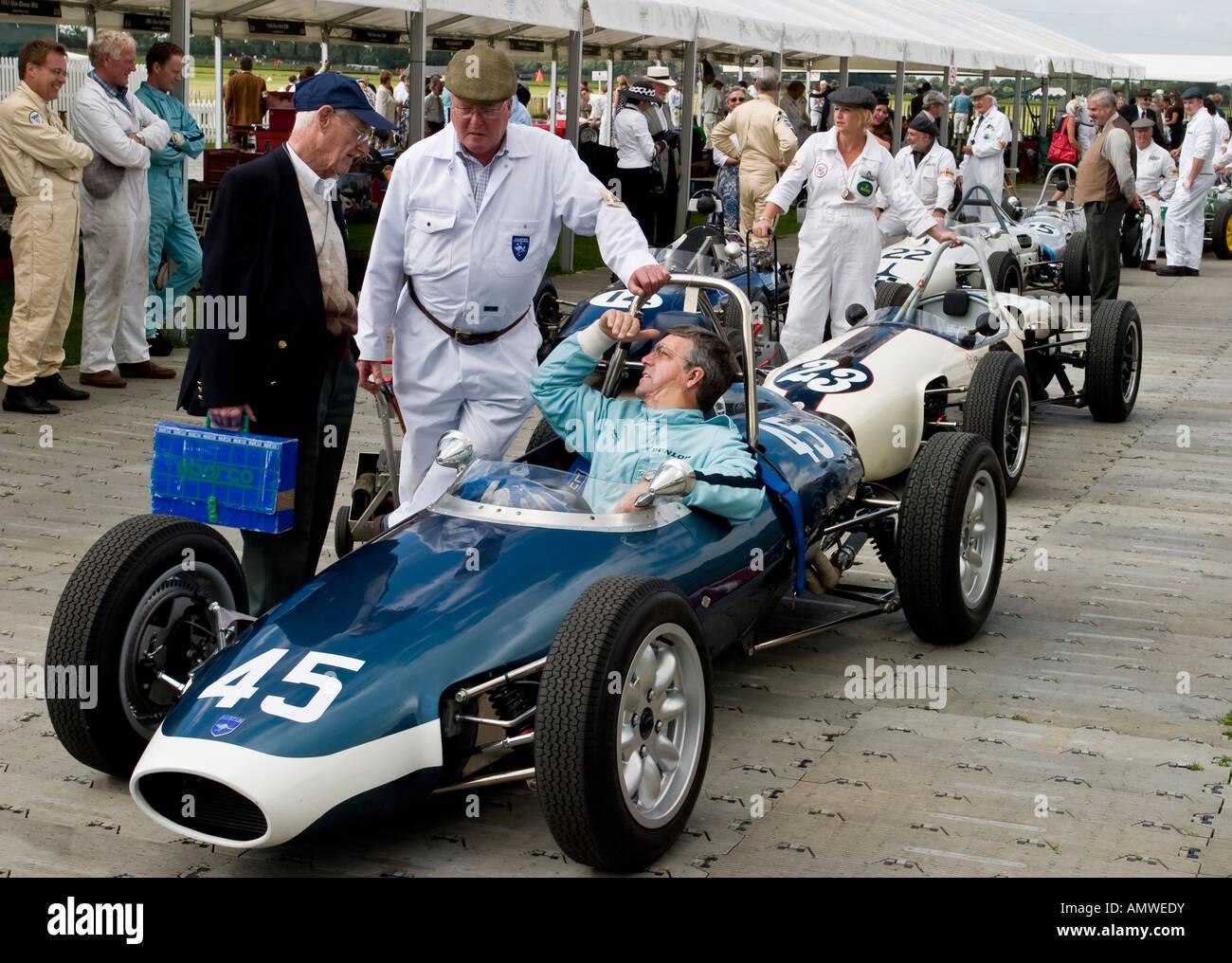 1960 Lola Höhepunkt Mk1 bereitet sich auf den Paddock für das Madgwick Cup Rennen in Goodwood Revival, Stockbild