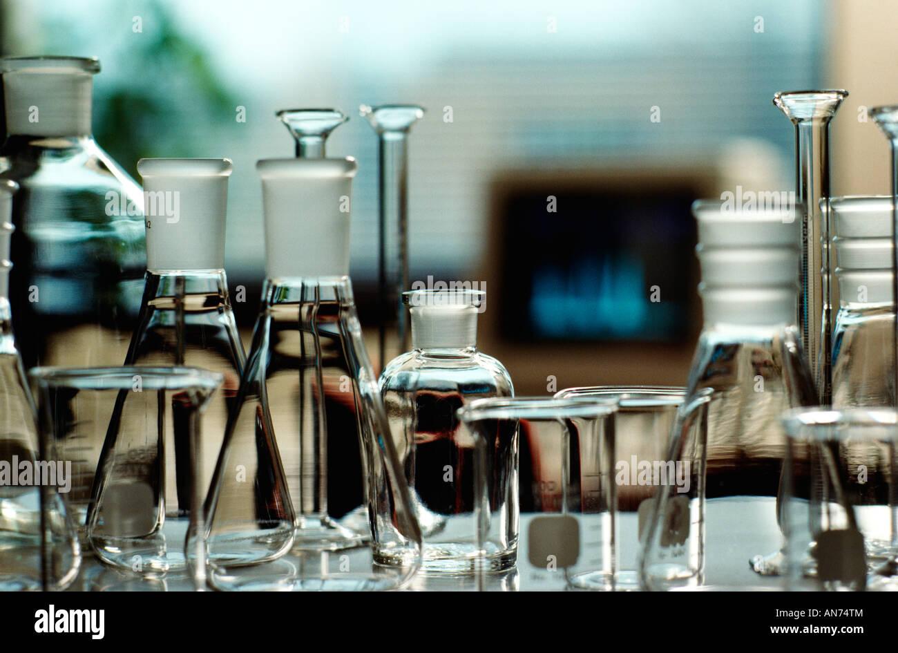 Glaswaren, bestehend aus Becher und Flaschen In Pharmaunternehmen Lab, Usa., Stockbild
