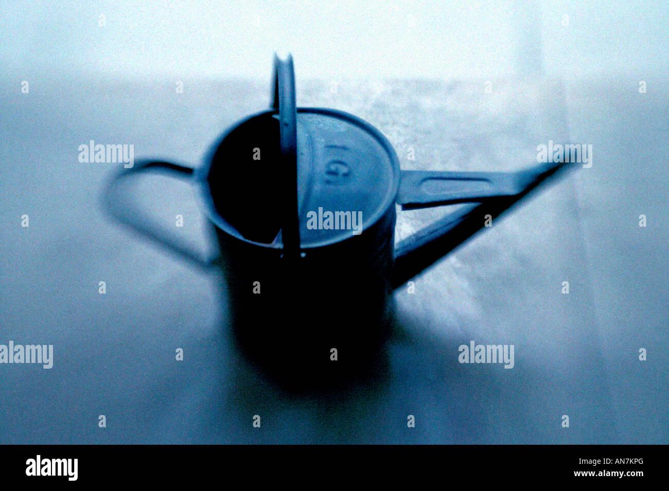 traditionelle verzinkt Stahl Gießkanne Blau Ton und verschwommen hält 1 Gallone Stockbild