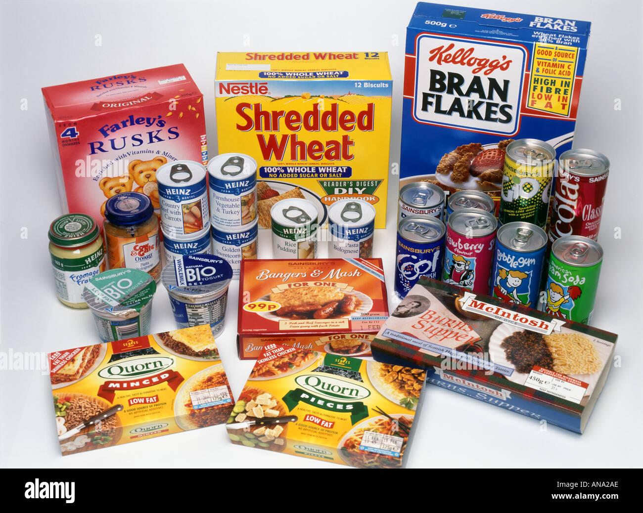 eine Auswahl an Konserven und Getränke Stockbild