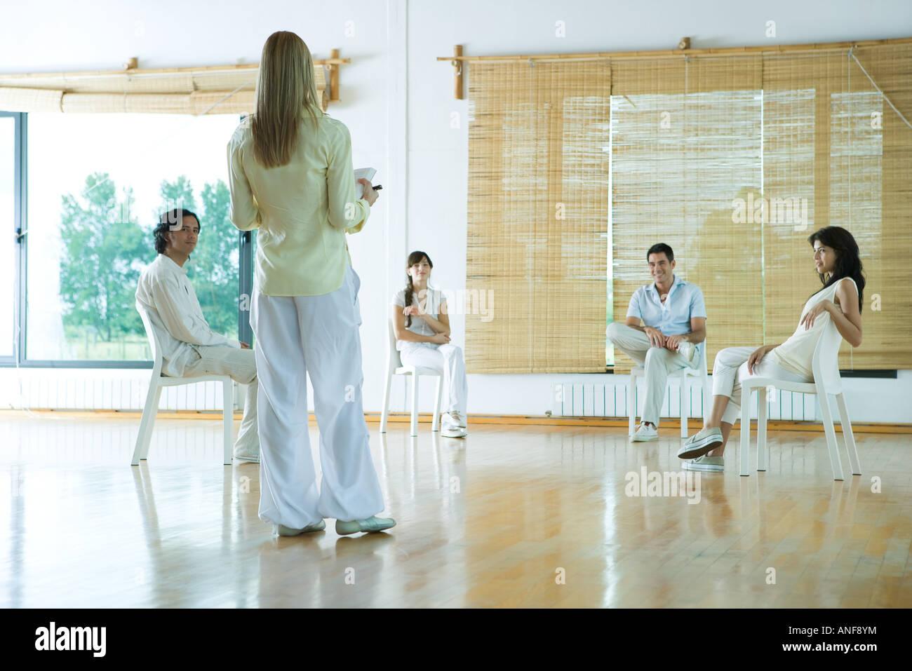 Frau führenden Gruppentherapie-Sitzung, Rückansicht Stockbild