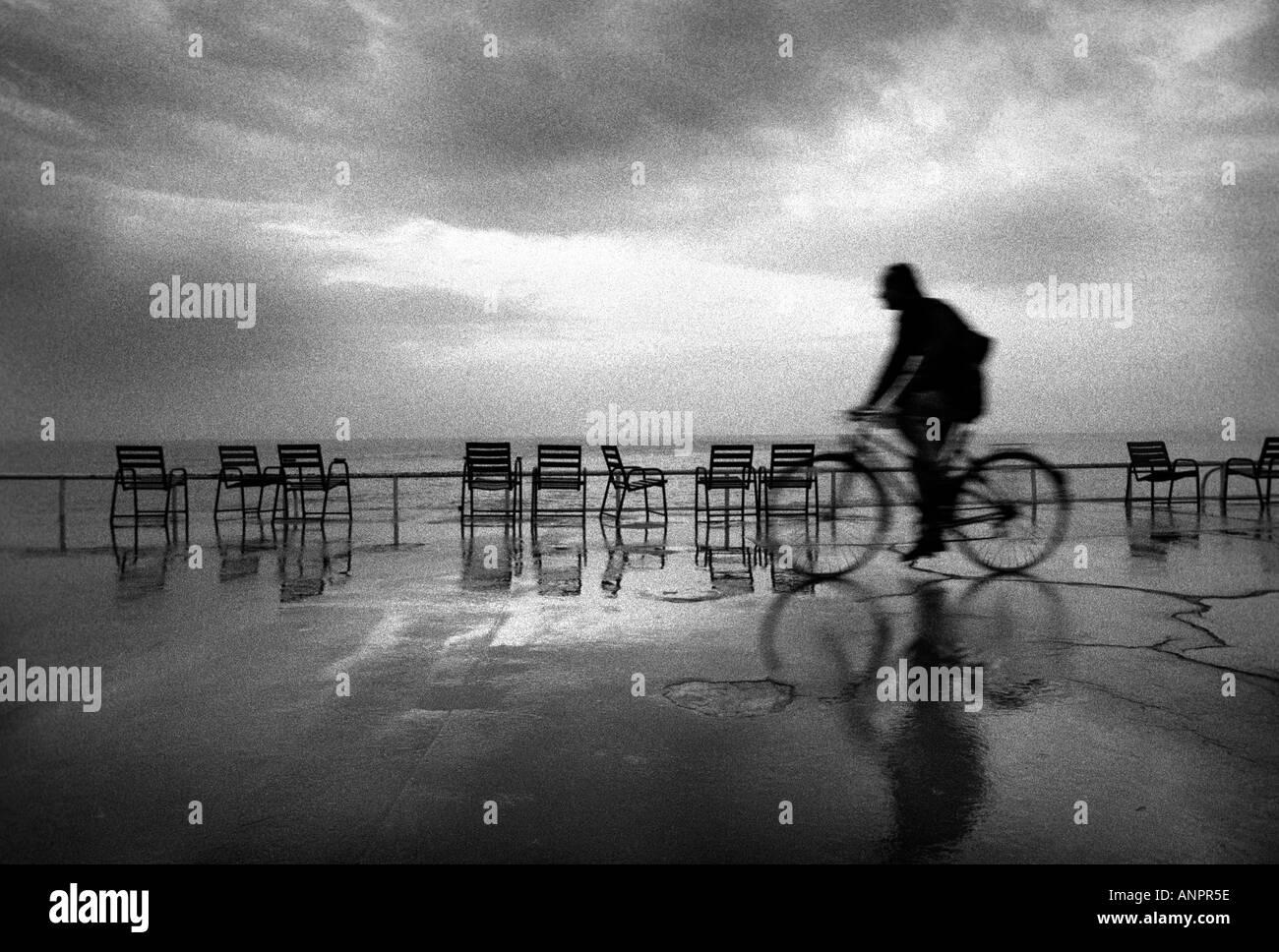 Mann, Radfahren entlang der Strandpromenade in Nizza, Frankreich Stockbild
