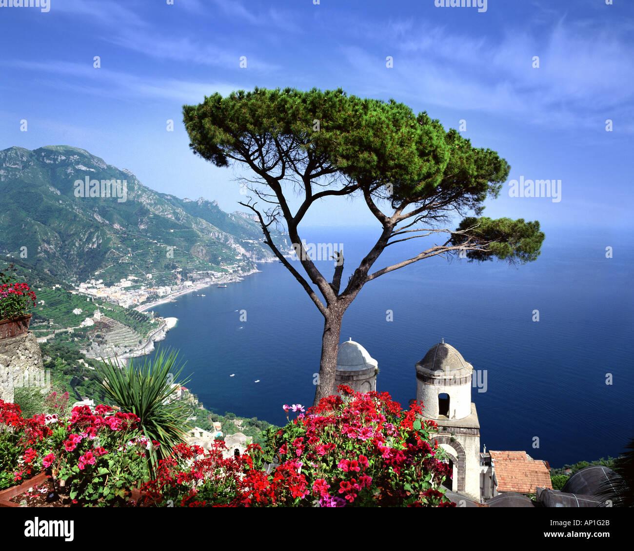 IT - CAMPANIA: Villa Rufolo in Ravello mit Blick auf den Golf von Salerno Stockbild