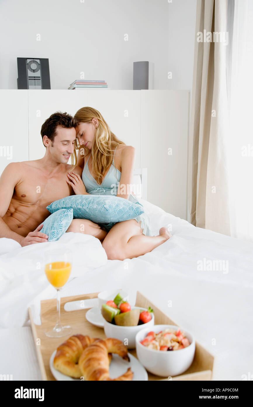 Intime paar mit Frühstück im Bett Stockbild