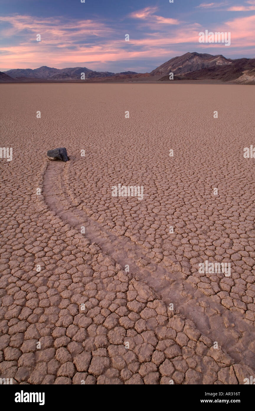 "Rock und seiner Spur auf ""The Racetrack"", Death Valley Nationalpark, Kalifornien USA Stockbild"