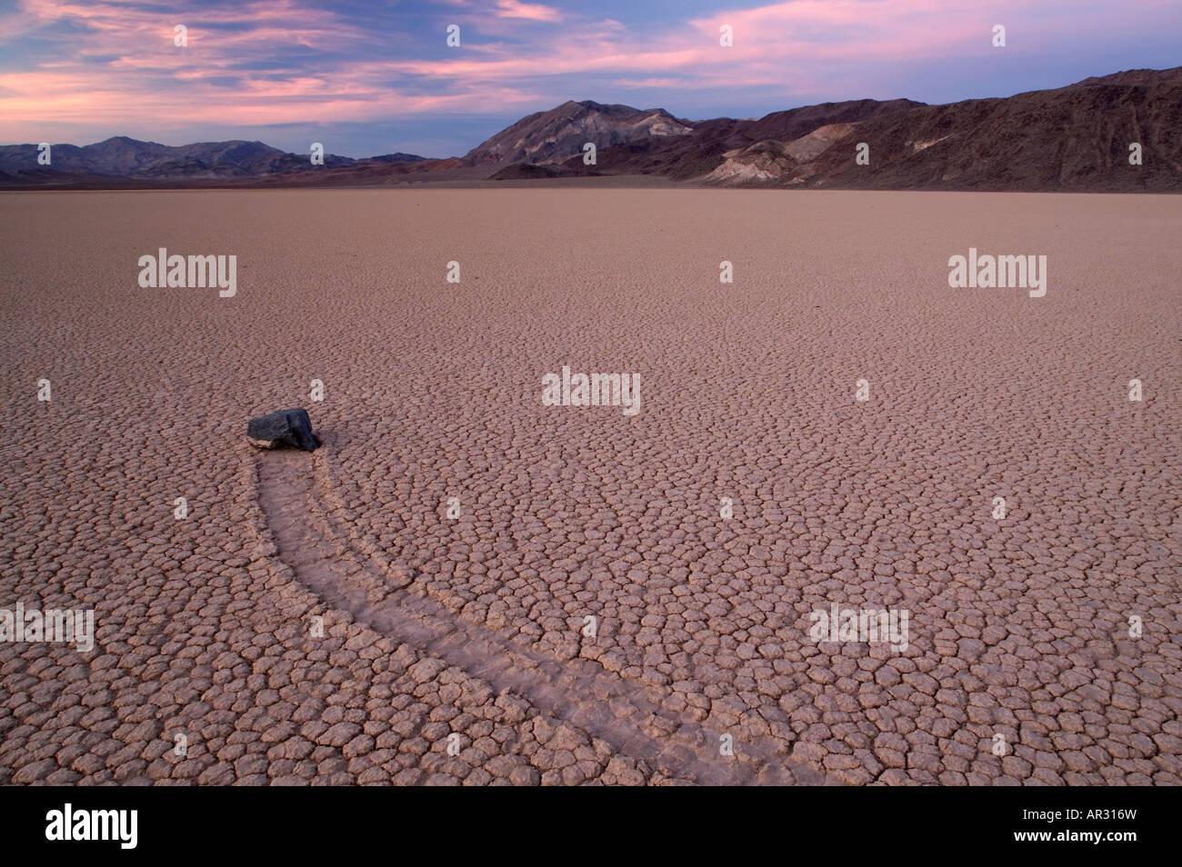 """Rock und seiner Spur auf """"The Racetrack"""", Death Valley Nationalpark, Kalifornien USA Stockbild"""
