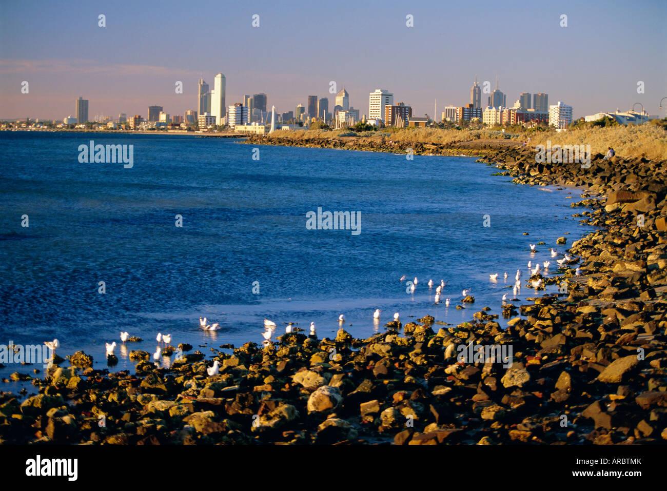 Direkt am Meer im Vorort Saint Kilda mit Blick auf die Skyline von Melbourne, Melbourne, Victoria, Australien Stockbild