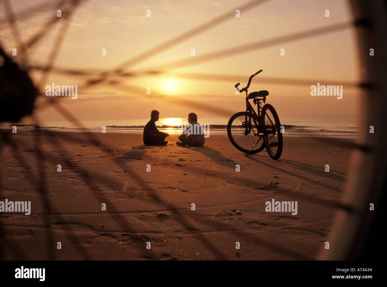 Blick durch Rad paar am Strand Stockbild