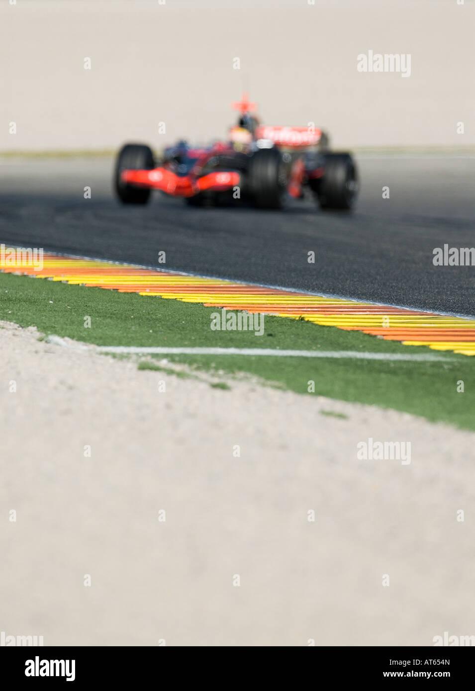 McLaren Formel1 Rennwagen rast durch Kurve der Rennstrecke vorsätzliche OUT OF FOCUS Stockbild