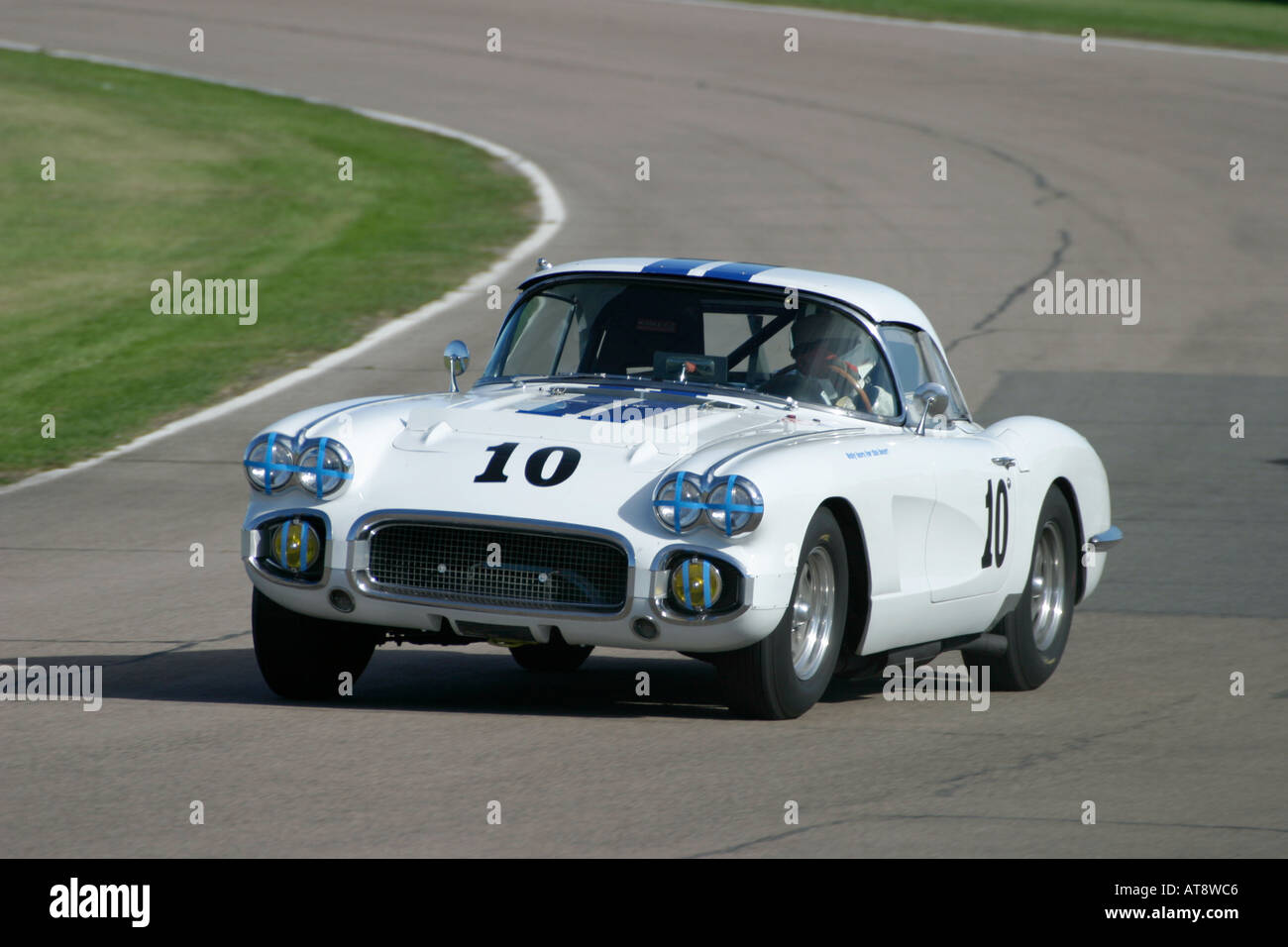 Chevrolet Corvette 1958 fährt durch Madgwick Ecke bei Goodwood Revival, Sussex, UK. Stockbild