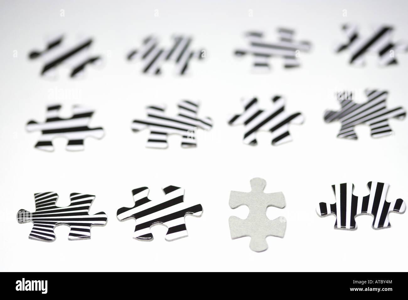 Puzzleteile aufgereiht, ein Leerzeichen, die anderen gestreift, close-up Stockbild