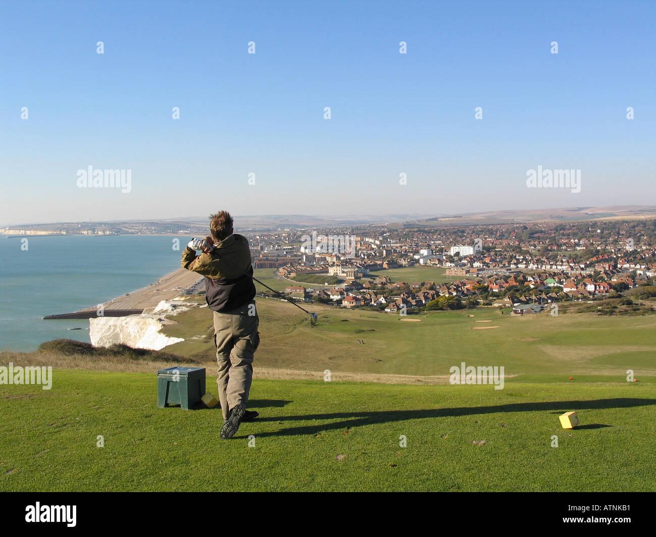 Ein Golfspieler auf dem Golfplatz Seaford Kopf auf der South Downs in Großbritannien Stockbild
