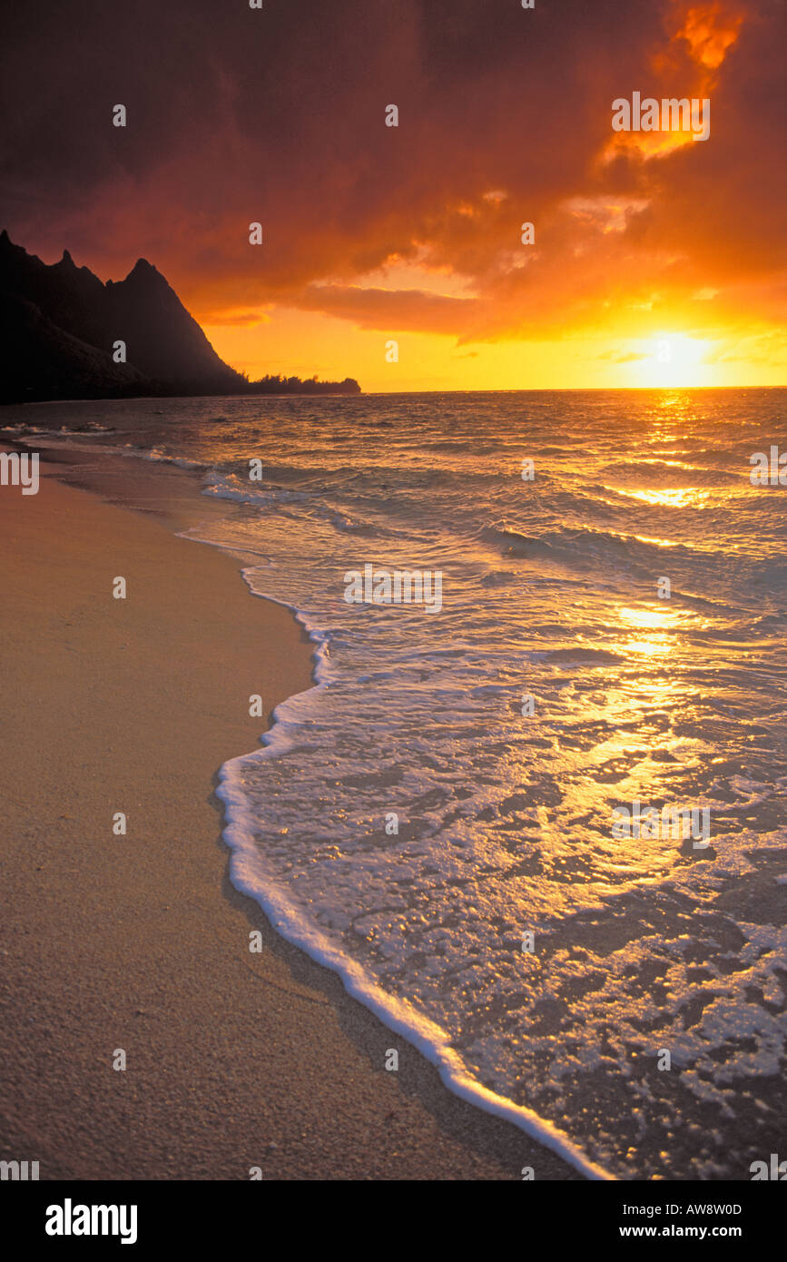 Sonnenuntergang über Surf Sand und Spitzen aus Tunneln Strand Haena Insel Kauai Hawaii Stockbild