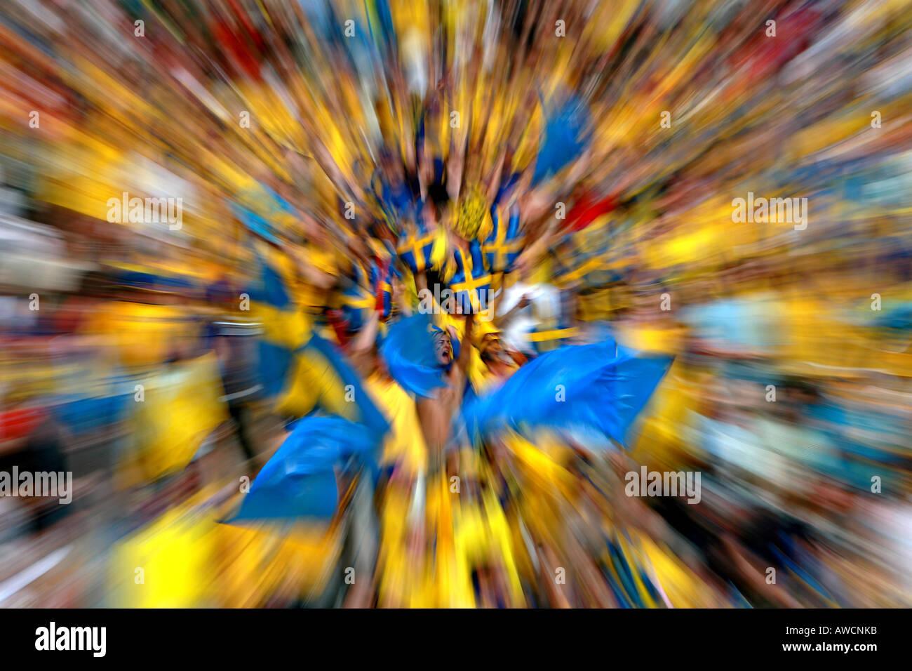 Zoomen Sie platzen Wirkung des schwedischen Fans in der Menge während der WM 2006 Stockbild