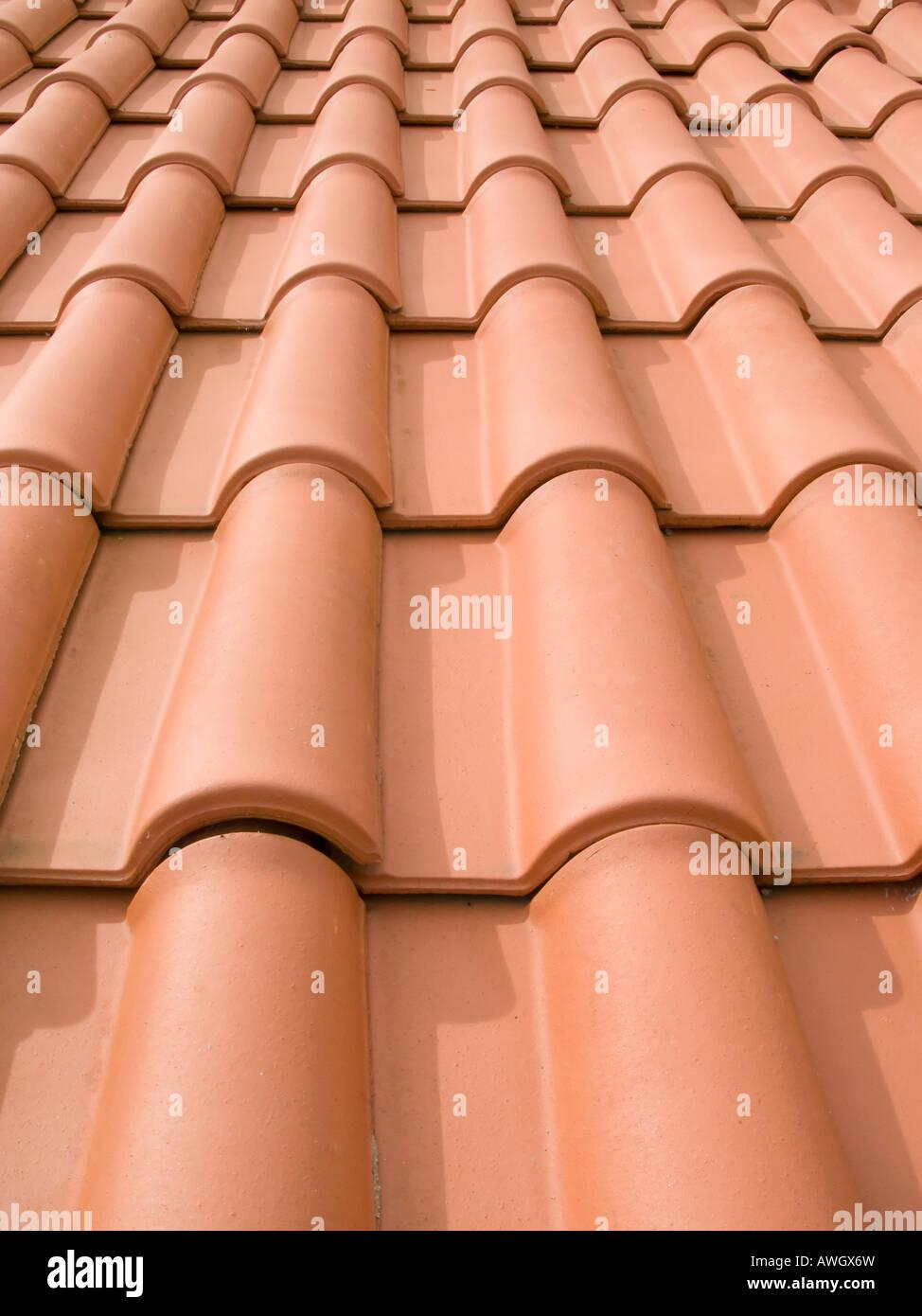 Neue orange Dachziegel hautnah in Portugal Stockbild