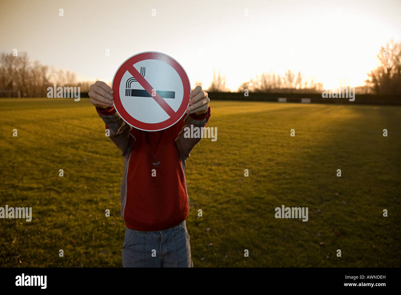 Junge mit einem keine Raucher-Schild Stockbild