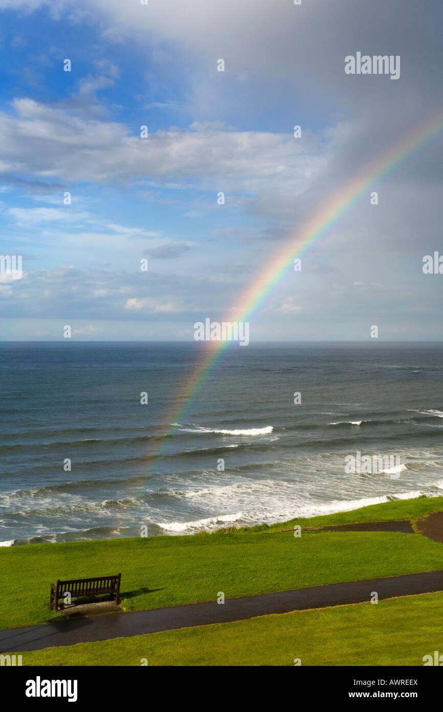 Ein Regenbogen am Strand von North West Cliff, Whitby, Yorkshire Stockbild