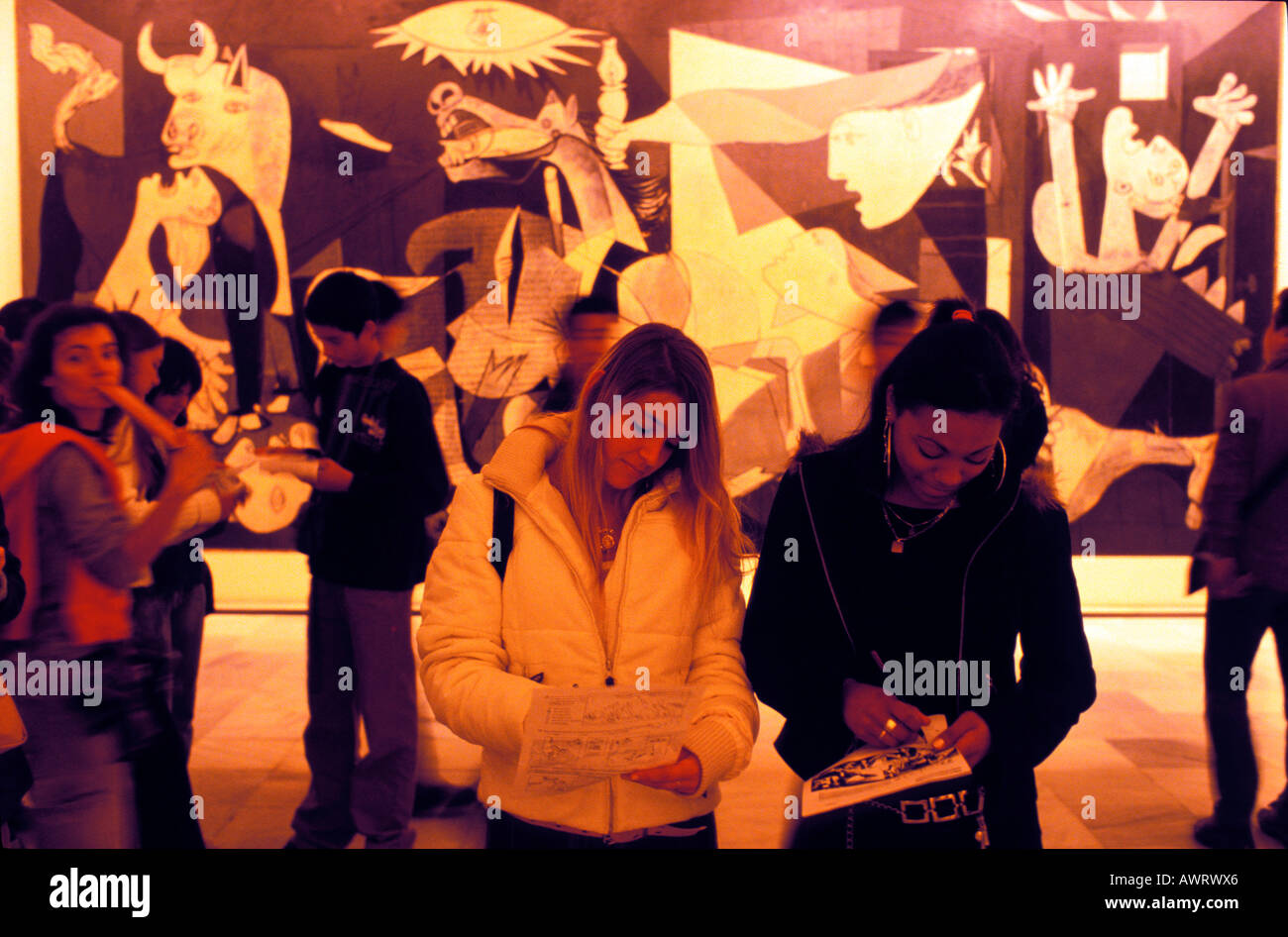 Guernica, Madrid, Spanien, Europa: MNCARS, Museo Nacional de Arte Reina Sofia, Mädchen vor dem Gemälde Stockbild