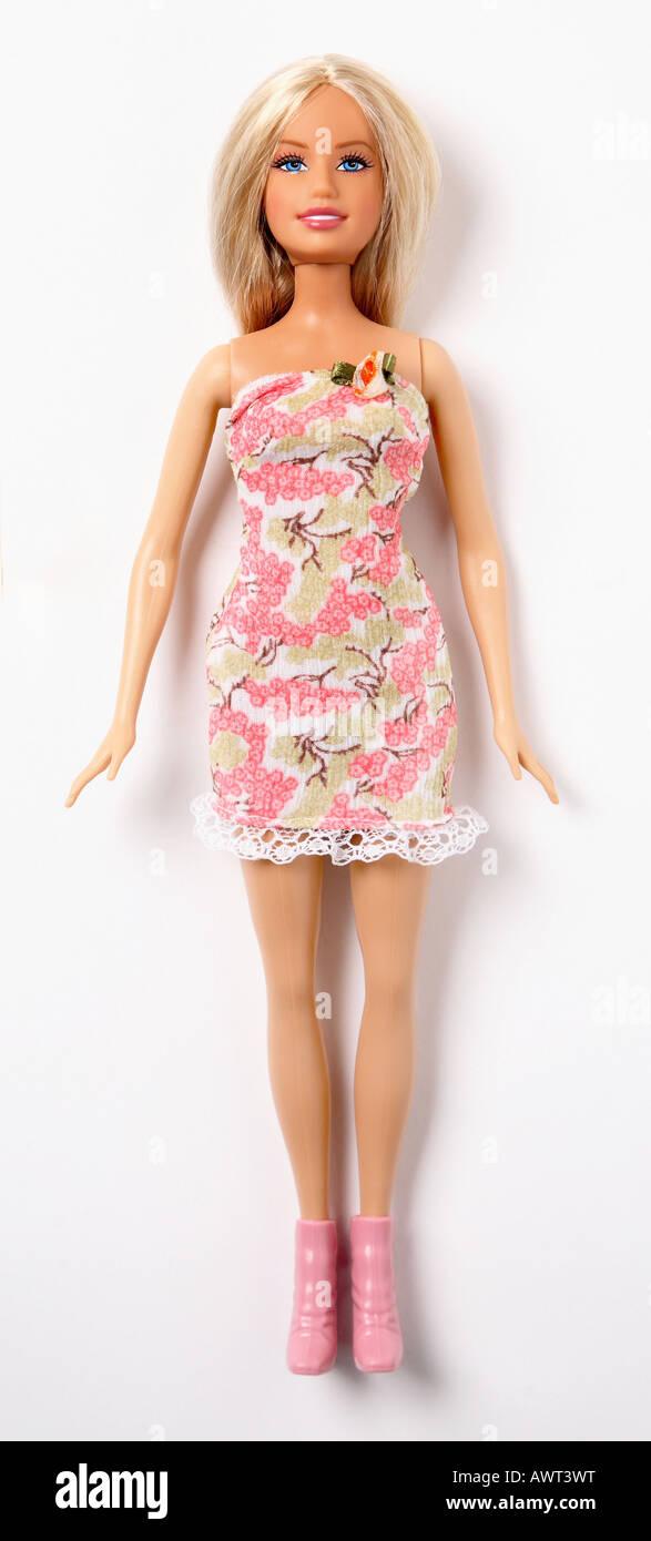 Barbie-Puppe auf weißem Hintergrund trägt ein rosa Kleid Stockbild