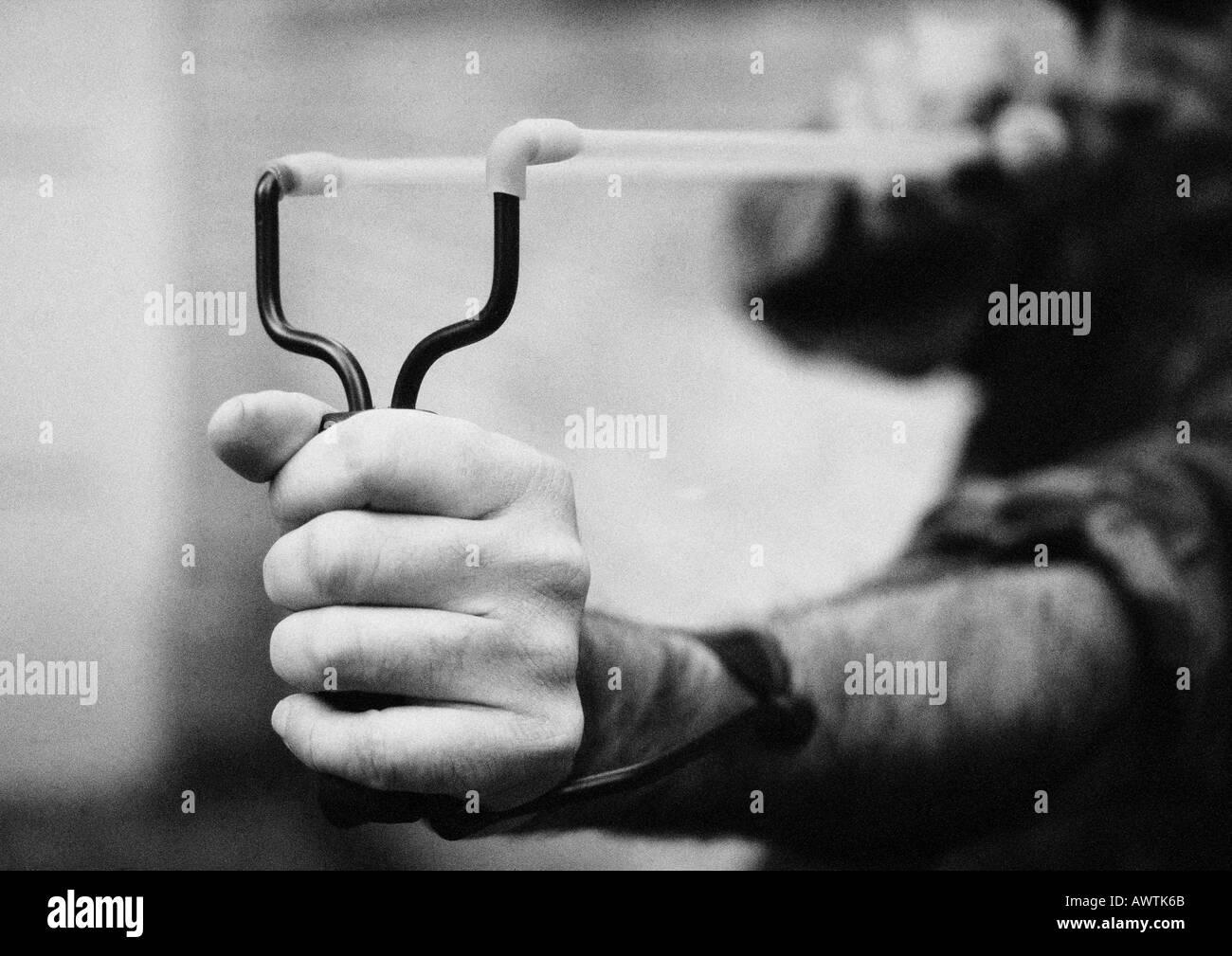 Hände halten Sling shot, Nahaufnahme, b&w Stockbild