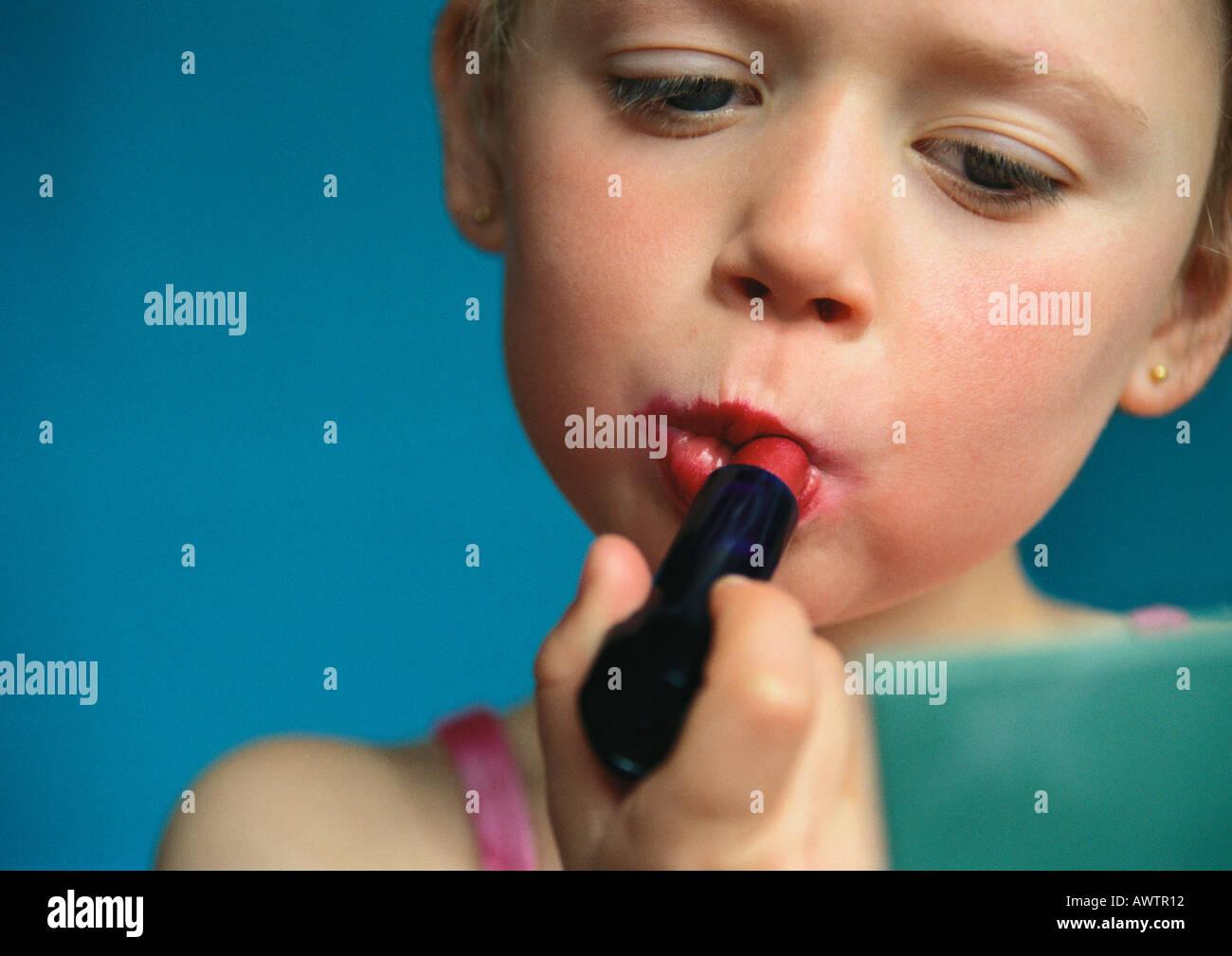 Kleines Mädchen Lippenstift, Nahaufnahme Stockbild