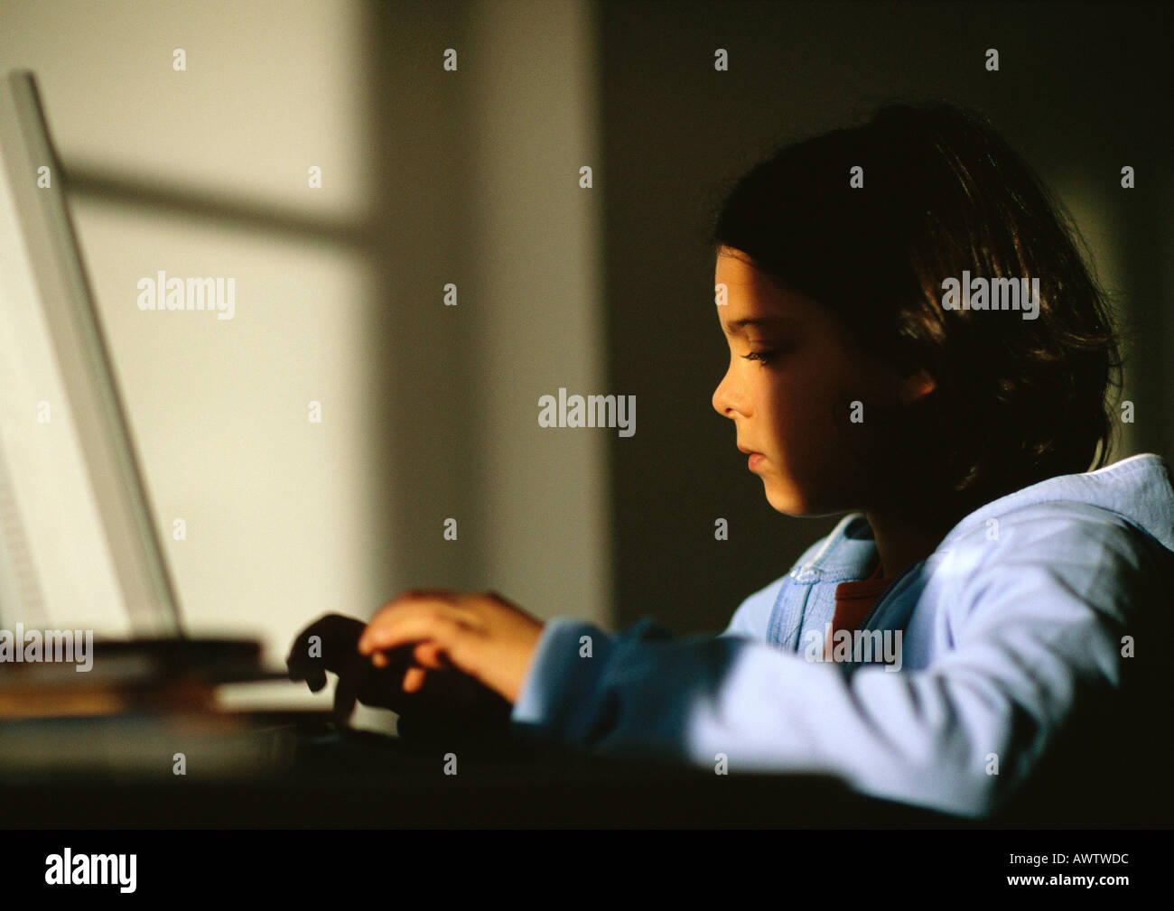 Junges Mädchen sitzen, tippen auf laptop Stockbild