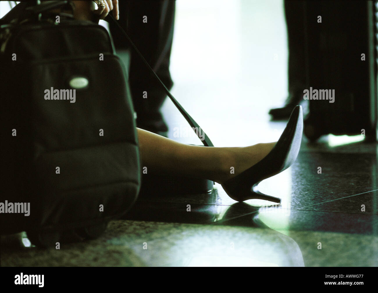 Die Geschäftsfrau Fuß und Koffer am Boden. Stockbild