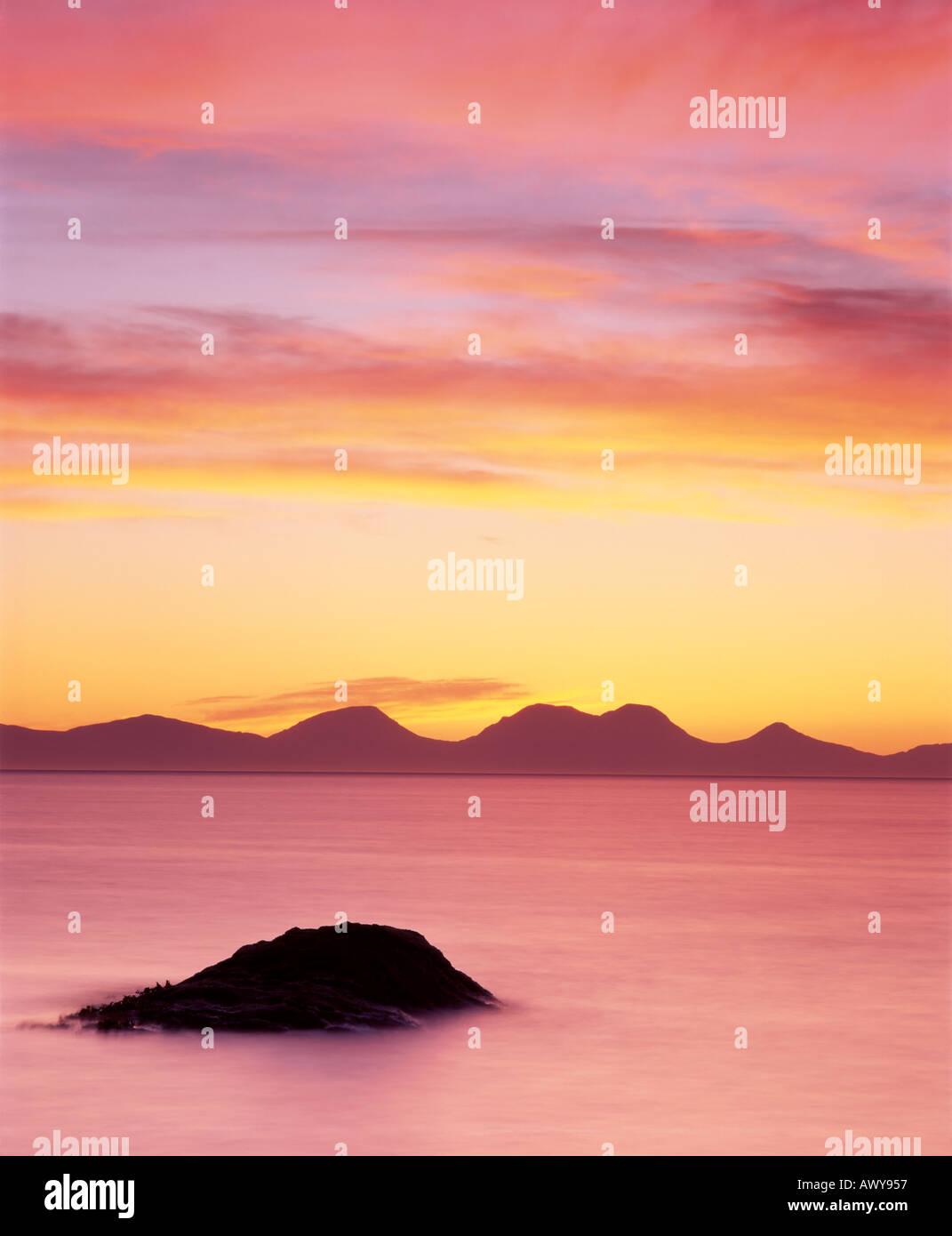 Der Paps Jura gesehen von der Halbinsel Kintyre bei Sonnenuntergang, Argyll and Bute, Scotland, UK Stockbild