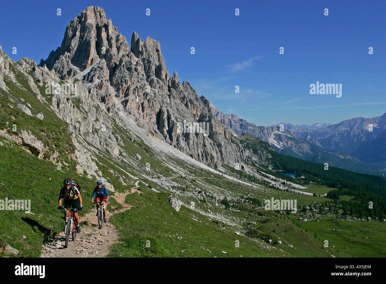 Weibliche Mountainbiker, Cima d'ambrizzola, Lago di fedara, Dolomiten, Norditalien, Europa Stockbild