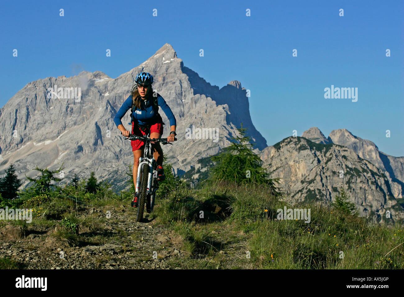 Weibliche Mountainbiker, Mt. Civetta im Hintergrund, Dolomiten, Norditalien, Europa Stockbild