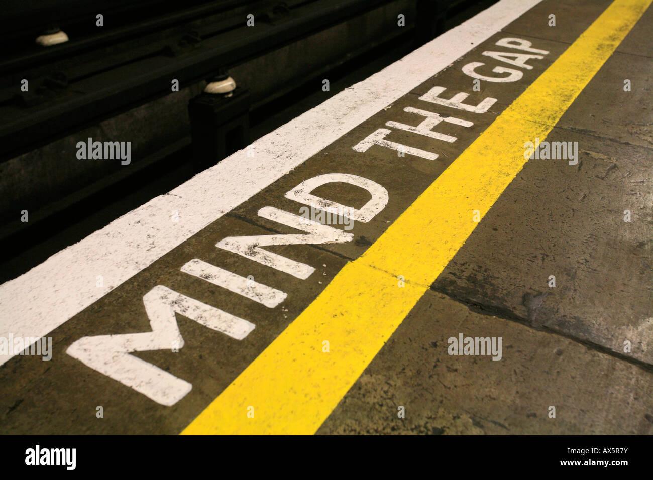 Mind the Gap - Sicherheit Erinnerung am u-Bahnhof South Wimbledon, London, England, UK, Europa Stockbild