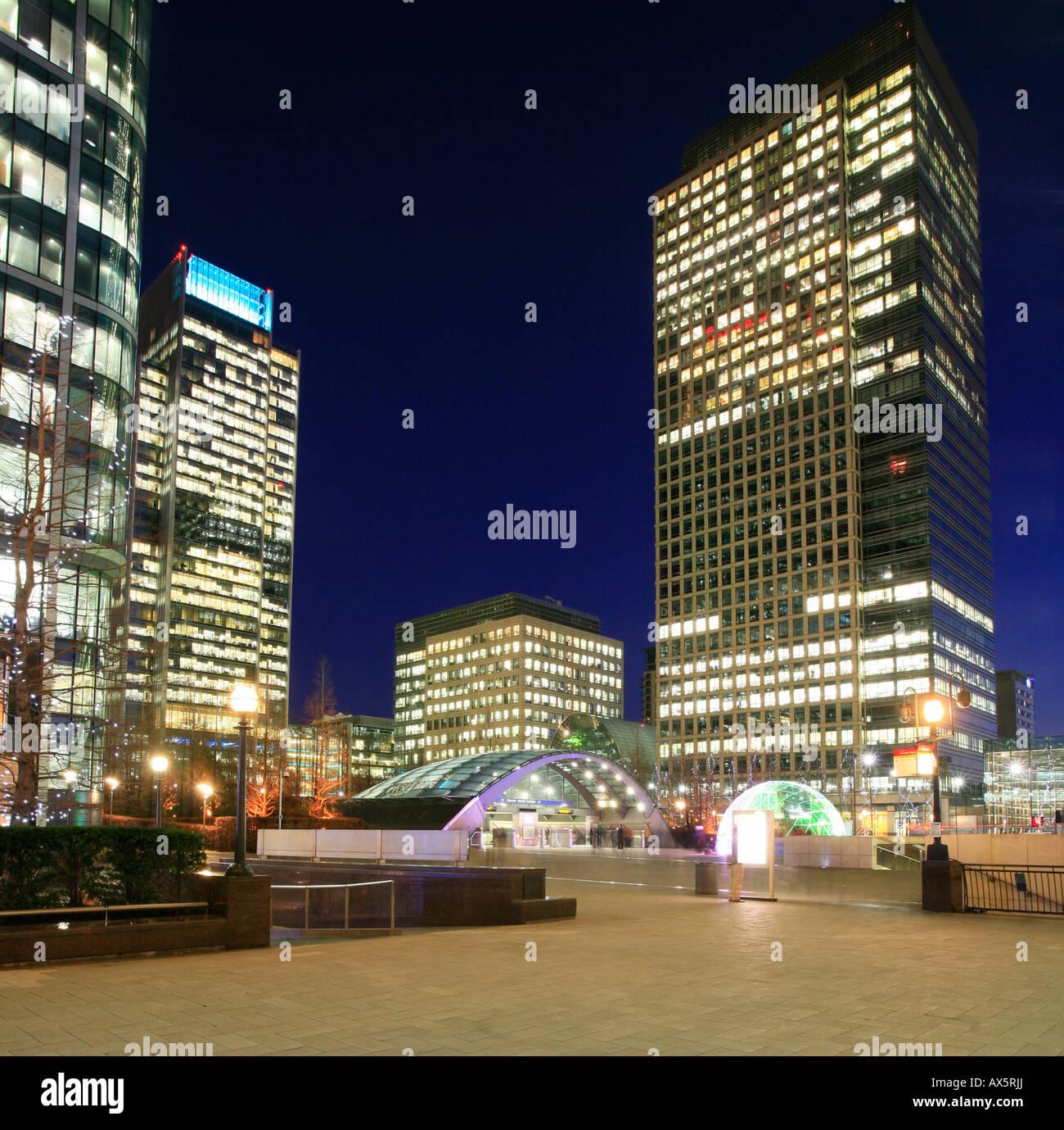 Canary Wharf und Canada Square, Eintritt in die u-Bahnstation und Hochhäuser am Londoner Docklands, London, Stockbild