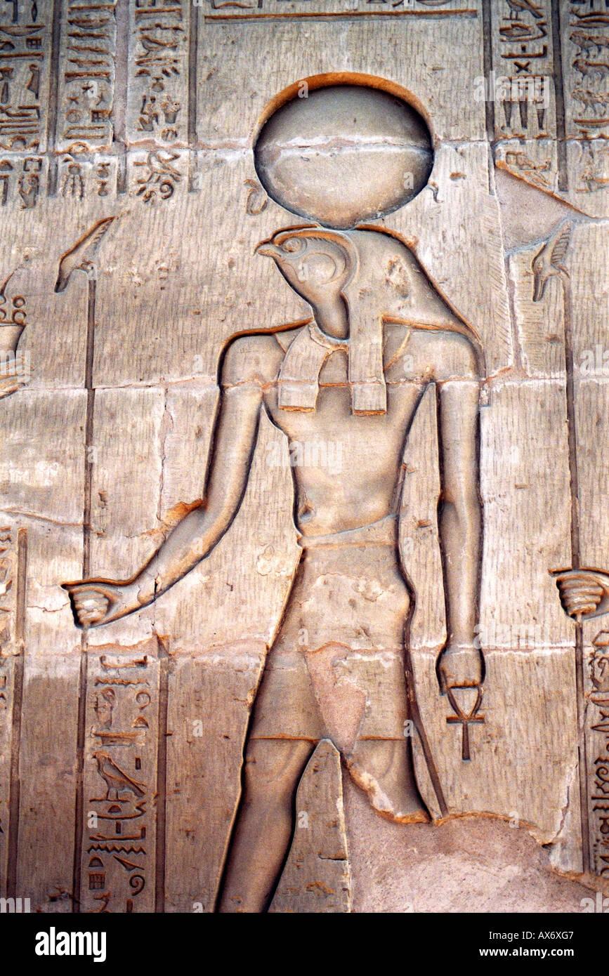 Reliefschnitzen der Ra, der Sonnengott, Karnak Tempel, Luxor, Ägypten Stockfoto