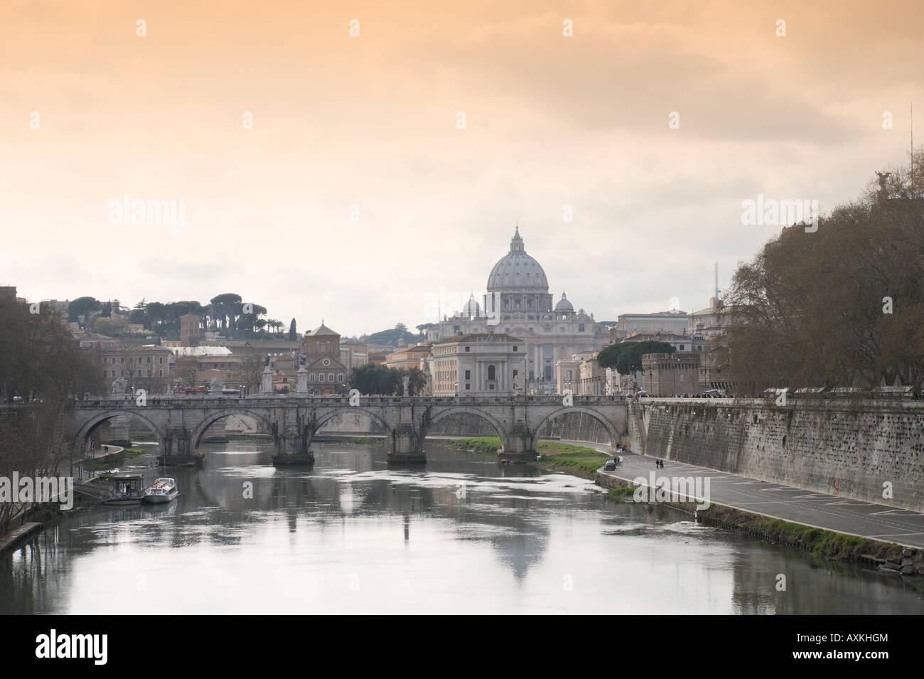 Flusses Tiber, Ponte Sant Angelo und der Basilika St. Peter, Altstadt, Rom, Italien Stockbild