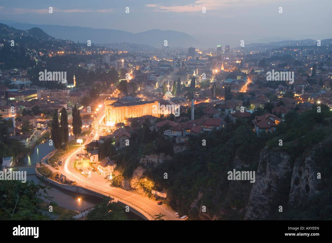 nacht panorama aussicht auf die stadt sarajevo bosnien bosnien und herzegowina europa. Black Bedroom Furniture Sets. Home Design Ideas