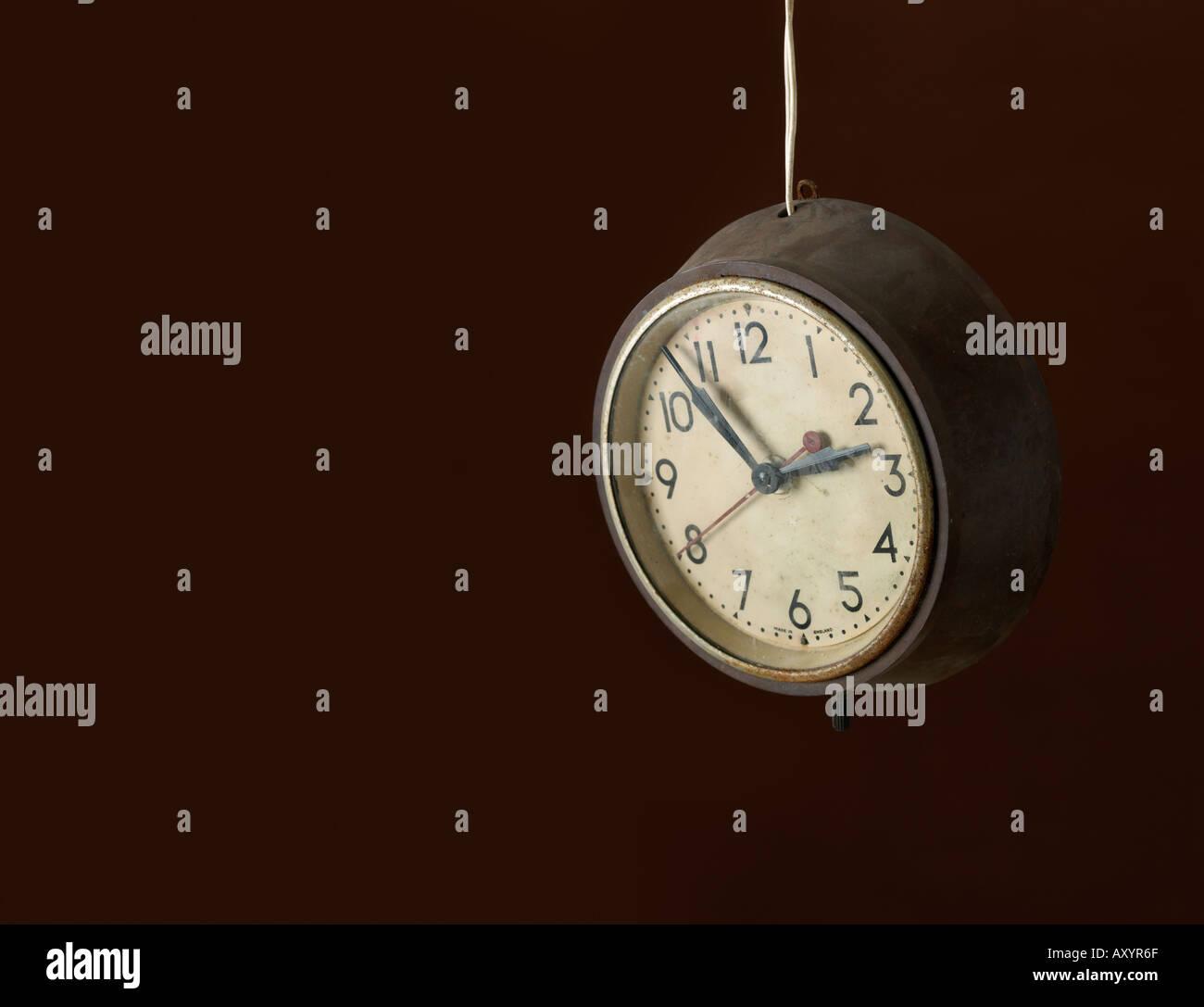 Einer alten Uhr hängen von dessen Kabel Stockbild