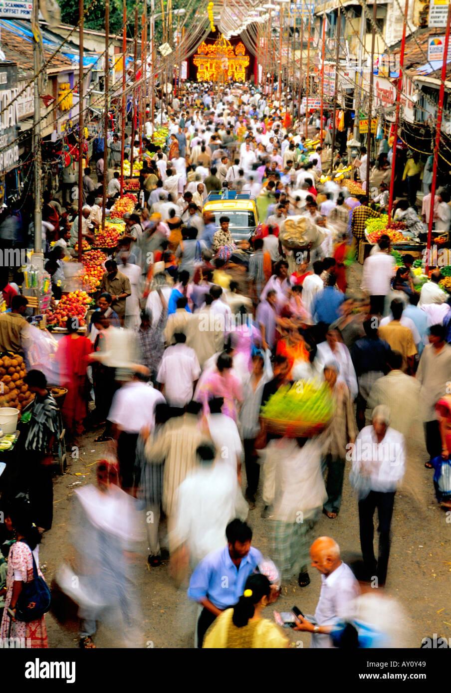 Das unvorstellbare Summen Dadar West Street Market Mumbai brodelt mit Massen von Käufern und Verkäufern. Indien Stockfoto