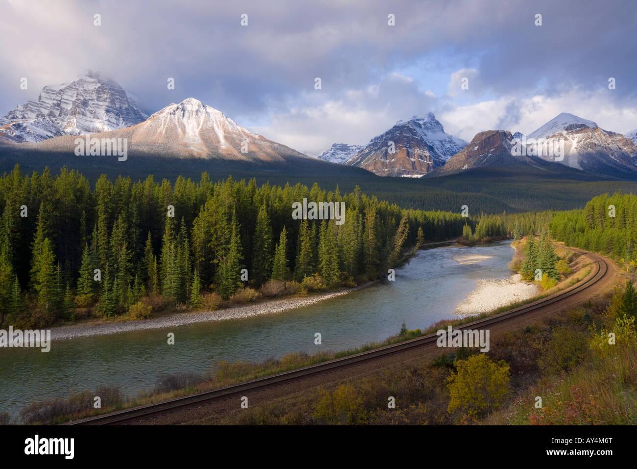 Blick auf die Rocky Mountains von Morants Kurve auf die CPR-Linie entlang des Bow River in der Nähe von Lake Stockbild