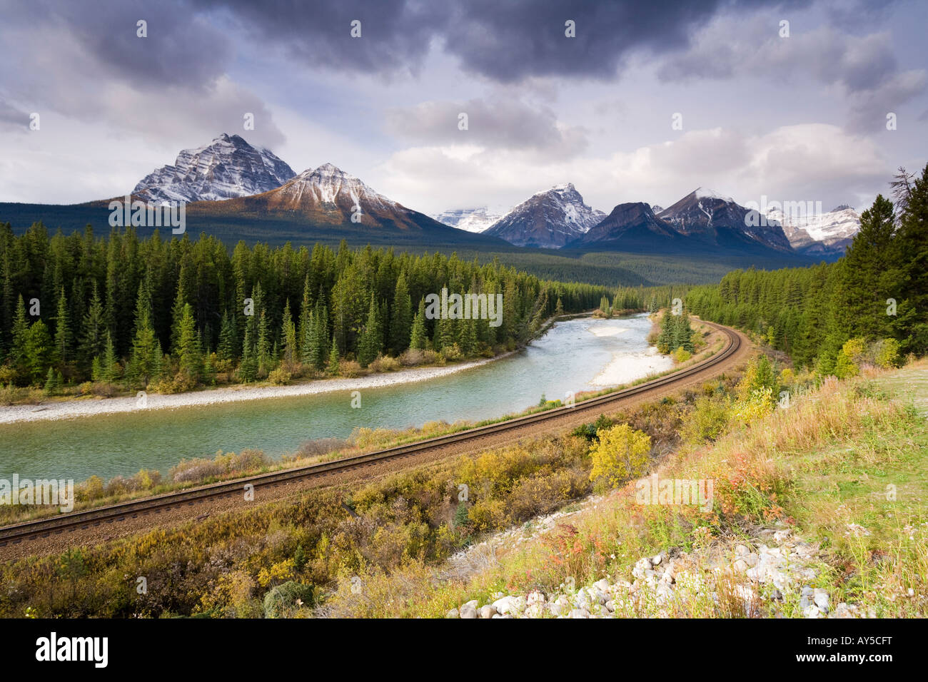 Blick auf die Rocky Mountains von Morant s Kurve auf der CPR-Linie entlang des Bow River in der Nähe von Lake Stockbild