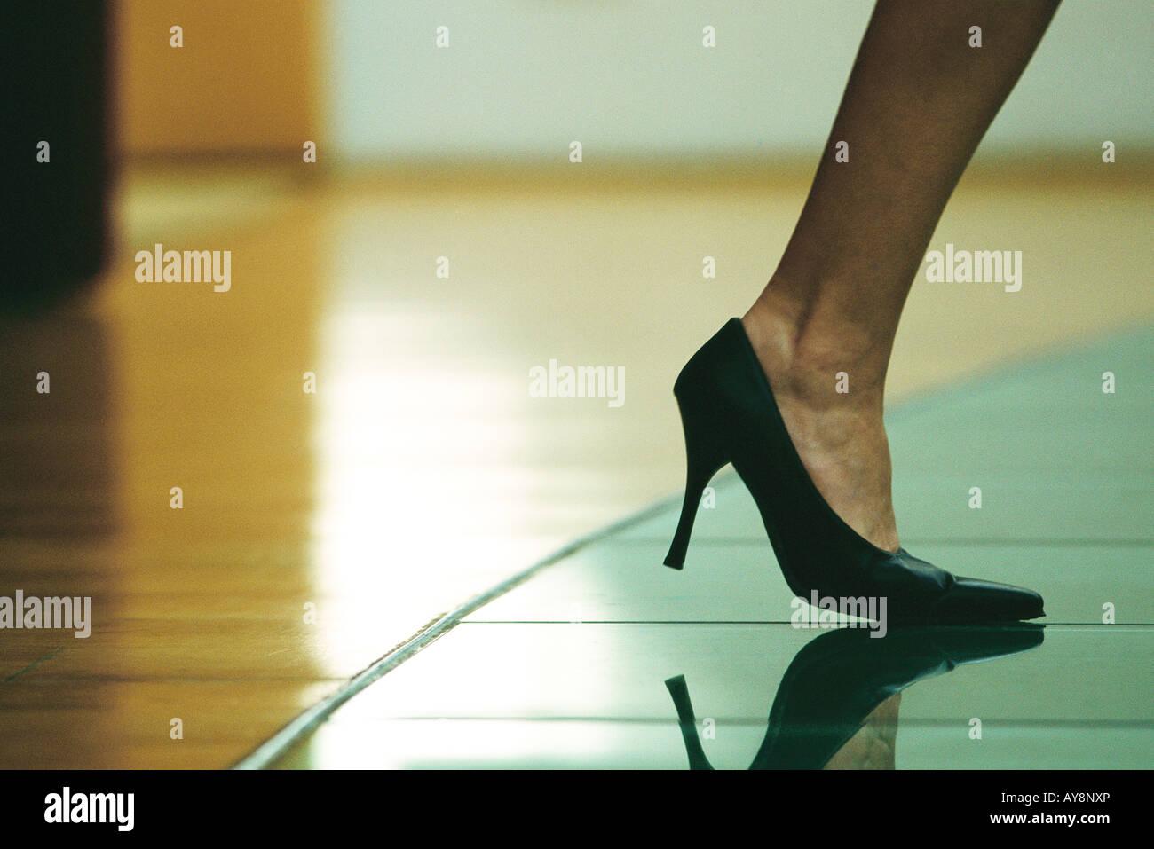 Frau zu Fuß in high Heels beschnitten Blick auf Fuß Stockbild