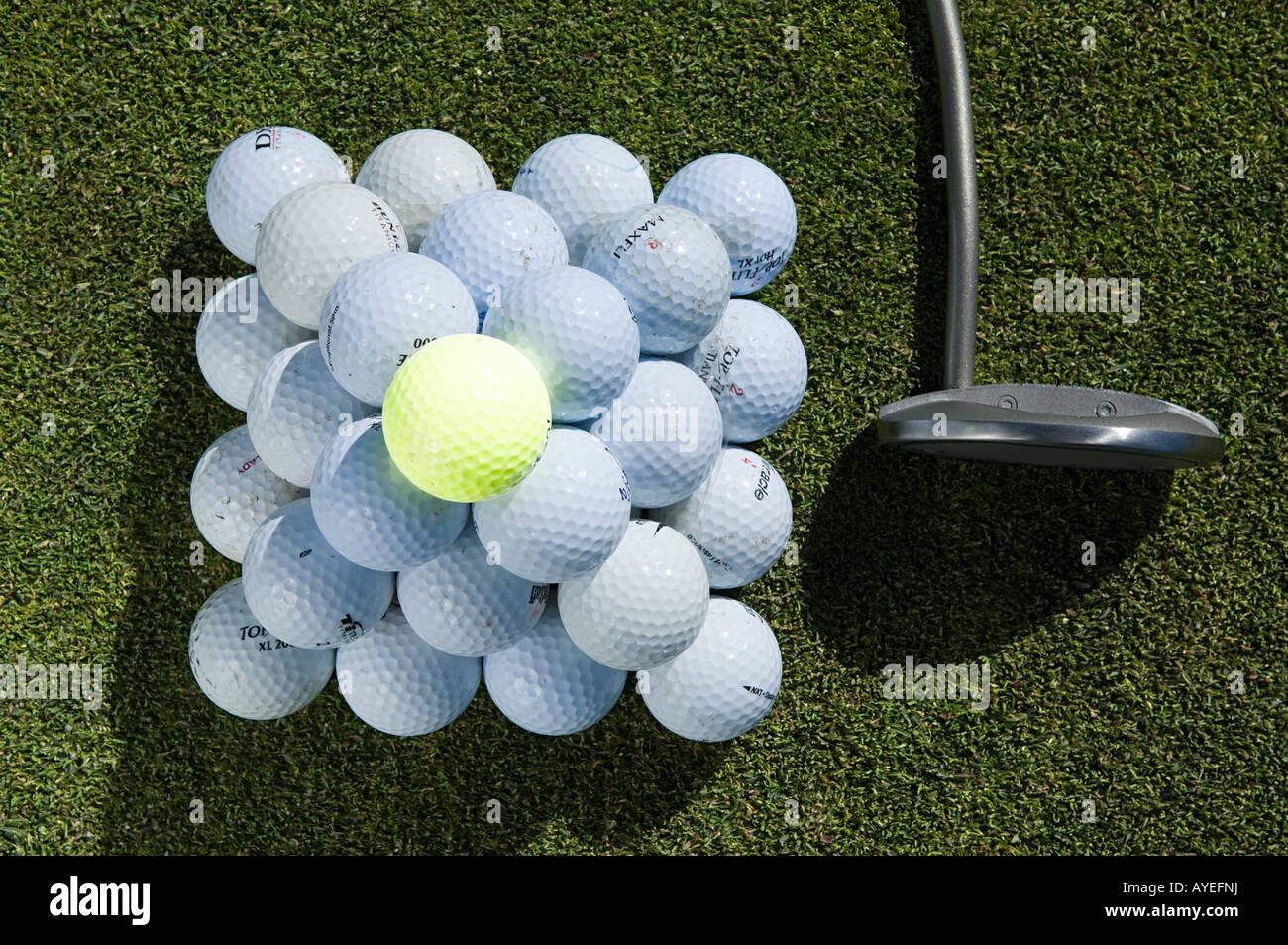 Ein Stapel von Golfbällen und einem Golfclub Stockbild