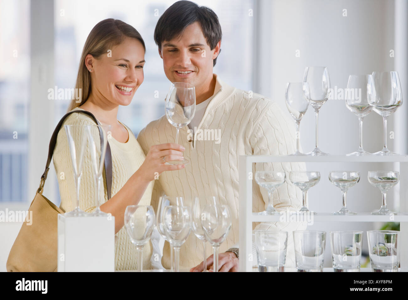 Paar shopping für Glaswaren Stockbild