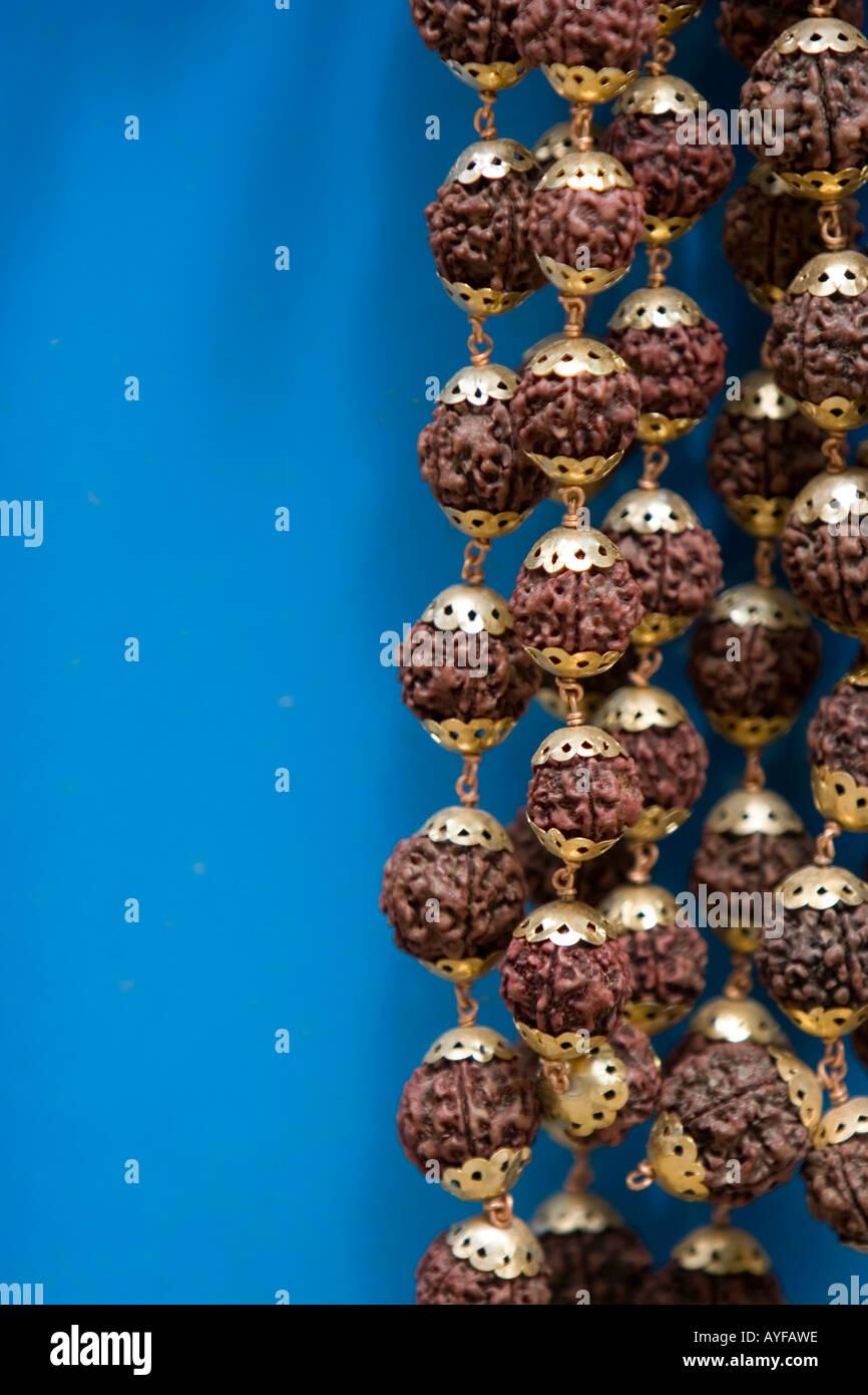 Nahaufnahme von Japamala Rudrasksha Gebetskette vor blauem Hintergrund Stockfoto